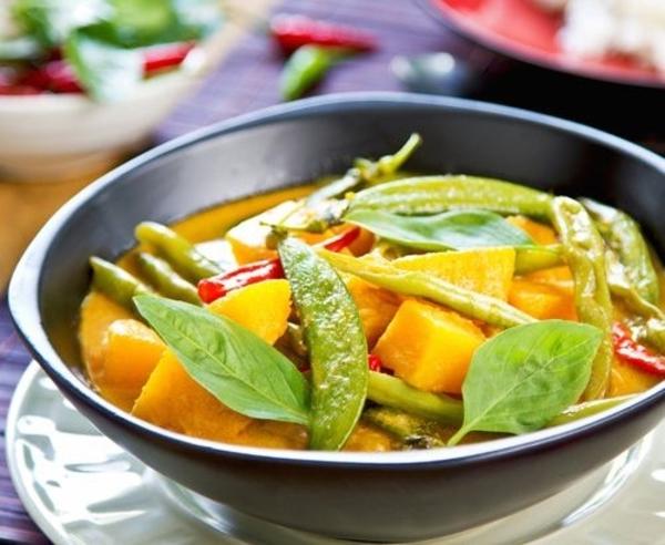 Thailändische vegetarische Kürbiscurry mit süßer Kartoffel.