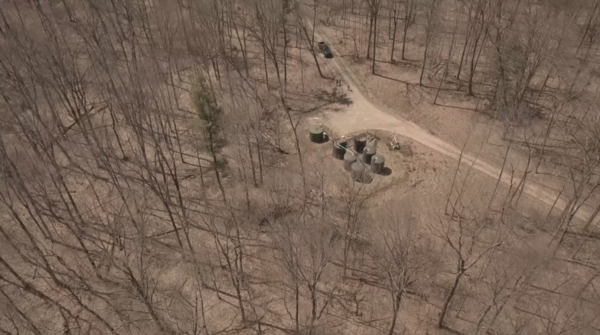Opslagtank en jaknikkers in de bossen van West-Pennsylvania (foto: Koen Soete)