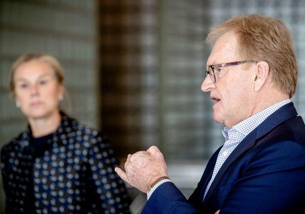 Werkgeversvoorman Hans de Boer bij overhandiging rapport aan minister Sigrid Kaag