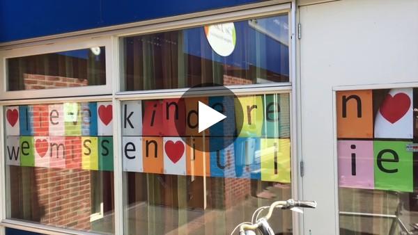 LEIMUIDEN - Corona aftellied en rondleiding door de klassen voor alle leerlingen met meester Theo van basisschool de Lei. (video)
