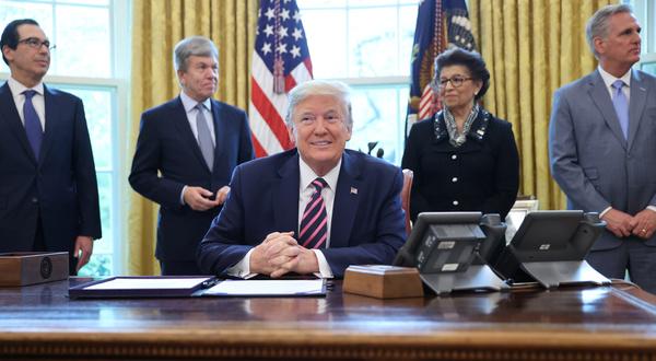 Trump ondertekent een wet waarmee miljarden vrijkomen om kleine bedrijven overeind te houden (foto: Reuters)