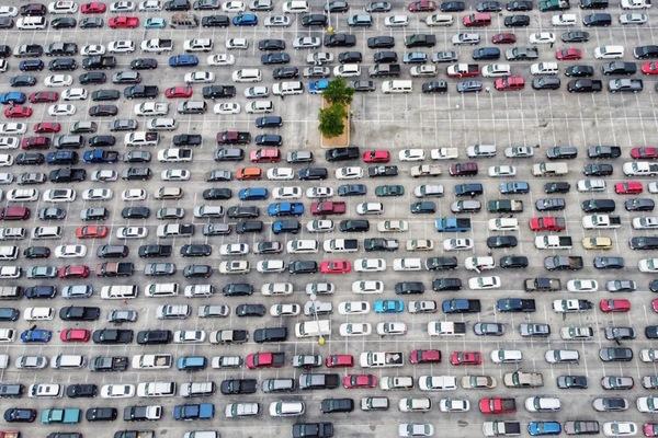 Dit is geen parkeerplaats, maar een kolossale rij voor een voedselbank in San Antonio (foto: Reuters)