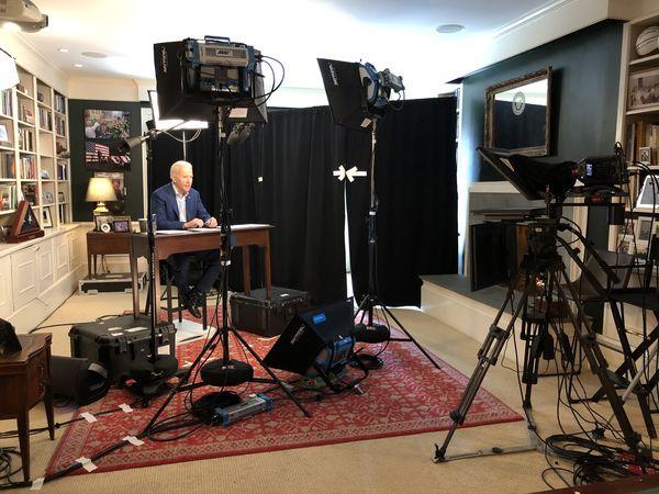 Joe Biden in zijn geïmproviseerde studio in de kelder van zijn huis (foto: Reuters)
