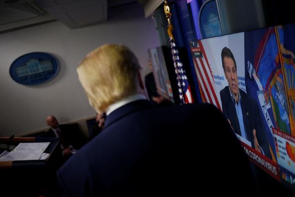 Trump kijkt naar een persconferentie van de Democratische gouverneur Cuomo (foto: Reuters)