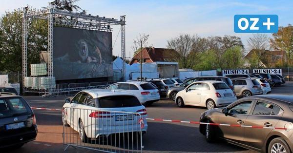 Kinoerlebnis auf dem Parkplatz: Mit Snacks und Bettdecke in Wismars Autokino