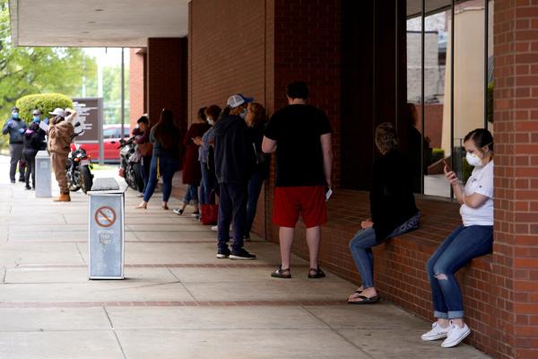 Lange rijen voor het Arkansas Workforce Center in Fort Smith waar mensen een werkloosheidsuitkering kunnen aanvragen (foto: Reuters)