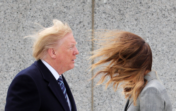 Trump en First Lady Melania bij een winderig World War II Memorial in Washington waar ze de 75-jarige bevrijding van Europa herdachten (foto: Reuters)