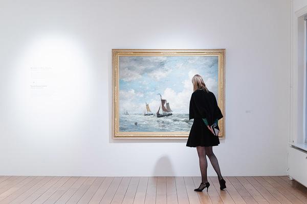 Een bezoeker van de tentoonstelling 'Haagse School x Haagse Nieuwe' in Museum Jan Cunen in Oss. Foto: Almicheal Fraay
