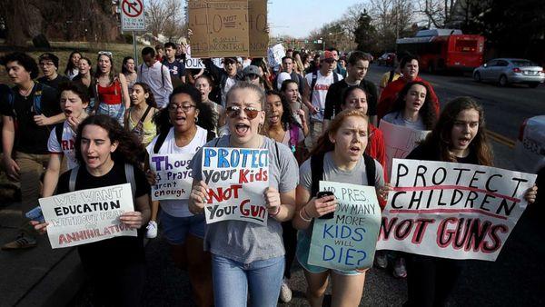 Amerika'daki öğrencilerin silah karşıtı gösterilerinden bir kare