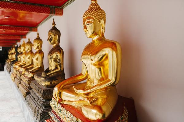Kijken naar boeddhabeelden in een rustige tempel.