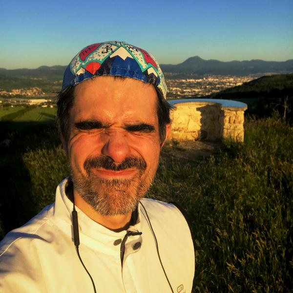 J'ai de drôle de photos dans mon téléphone. En fait je fais la grimace car j'ai le soleil levant en pleine poire. Mais c'est justement ce que j'étais venu chercher