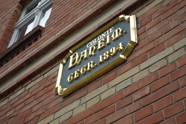 An Haus Nr. 1 wird an die Gründung der Genossenschaft erinnert.  Foto: Degener