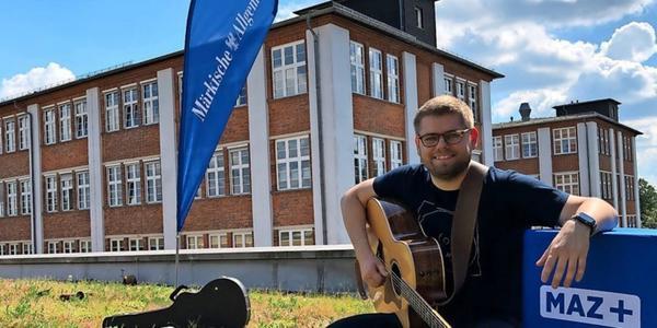 MAZ-Konzert: Eric Zobel spielt auf dem Druckerei-Dach
