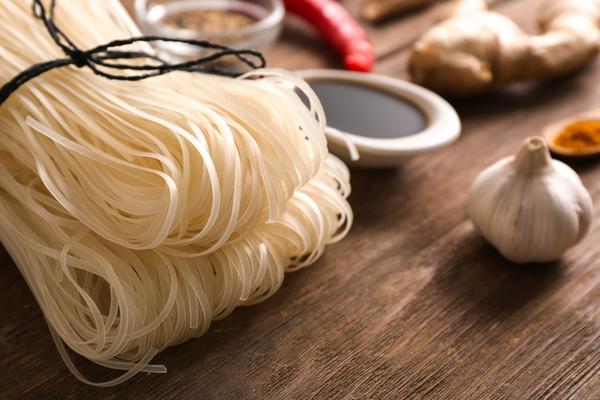Rijstnoedels zijn gemakkelijk om zelf mee te koken.