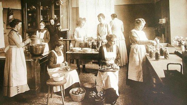 Im Putlitzer Gutshaus kochte man um 1914 ein, um zu konservieren. Foto: Verlag