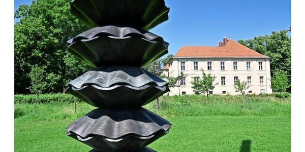 Acht Meter hoch ist Gregor Hildebrandts Schallplattenturm in der Skulpturen-Ausstellung im Schlosspark Schwante. Foto: Enrico Kugler