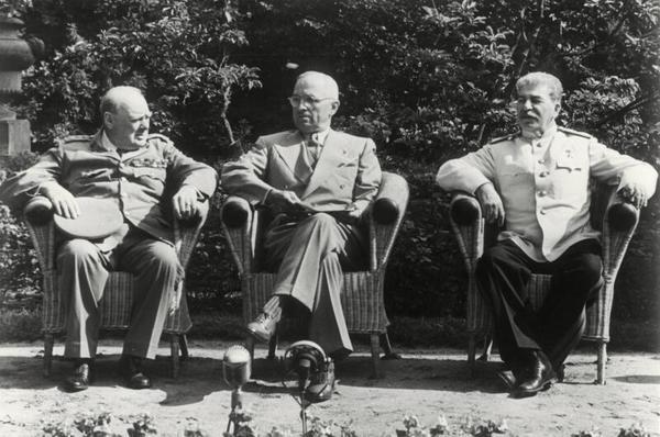 Churchill, Truman und Stalin während einer Verhandlungspause im Garten des Schlosses Cecilienhof. Foto: dpa