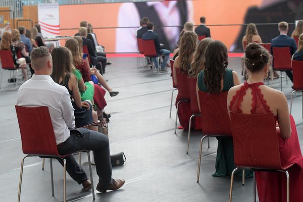Übergabe der Abitur-Zeugnisse unter Corona-Bedingungen an der Sportschule. Foto: Bernd Gartenschläger