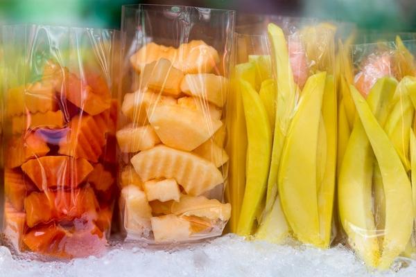 Papaya, Melone oder unreife Mango bei einem Obsthändler in Bangkok.