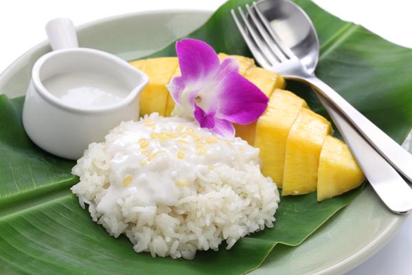 Klebrigen Reis mit Mango, zweifellos Thailands gefeiertste süße Delikatesse.