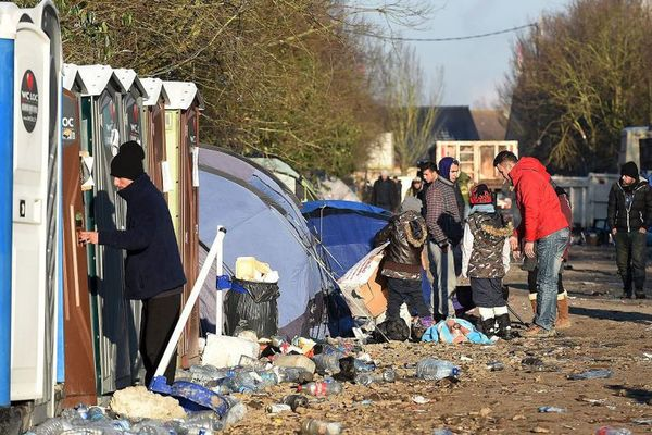Grande-Synthe : plus de 300 migrants se retrouvent sans douche ni toilette - 300 migranten zonder douche of toilet