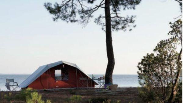 Cabanon, dernier fabricant français de tentes, compte sur des vacances de proximité - Cabanon, de laatste Franse tentenfabrikant, rekent op de nabije vakantie.