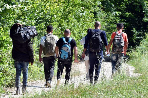 Vluchtelingen proberen de grens over te steken.
