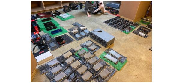 GPUs para mineração de várias criptomoedas espalhadas numa garagem.