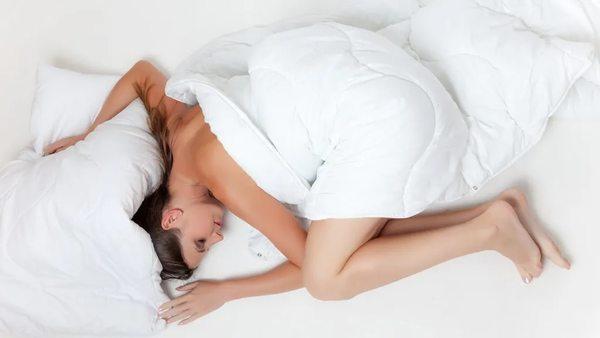 Schlafen bei Hitze: 6 Tipps für erholsamen Schlaf im Sommer