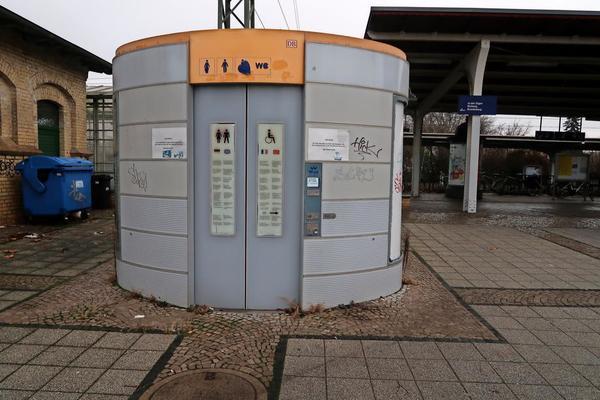 Hoffentlich bald Geschichte: die defekte Toilette am Bahnhof in Werder. Foto: Annika Jensen