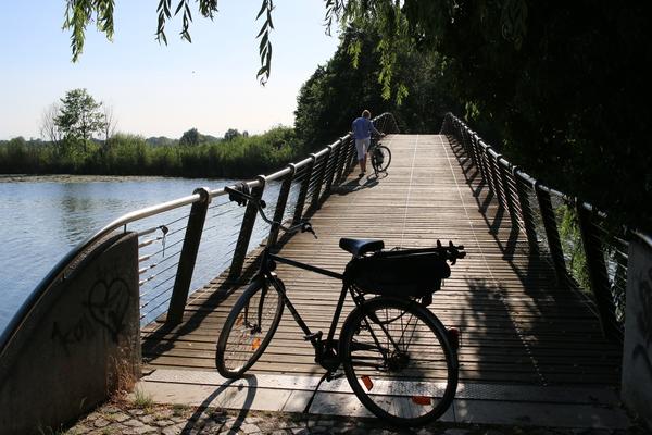 Die hübsche Wublitzbrücke führt auf die Insel. Foto: Lars Sittig