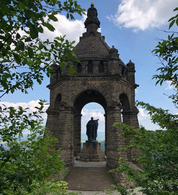 Das Kaiser-Wilhelm-Denkmal ist mit seinem Baldachin das zweitgrößte in Deutschland. (Foto: Birgit Dralle)