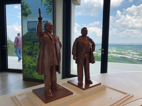 Überraschende Begegnung: Warum werden Menschen Denkmäler gesetzt? Die Ausstellung im Besucherzentrum gibt Antworten auf diese Frage. (Foto: Birgit Dralle)
