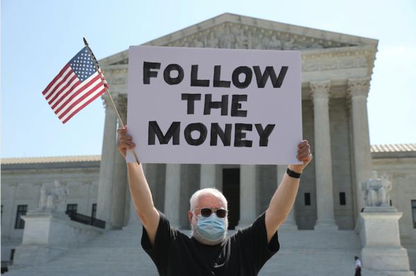 Een demonstrant voor het Amerikaanse Hooggerechtshof (foto: Reuters)