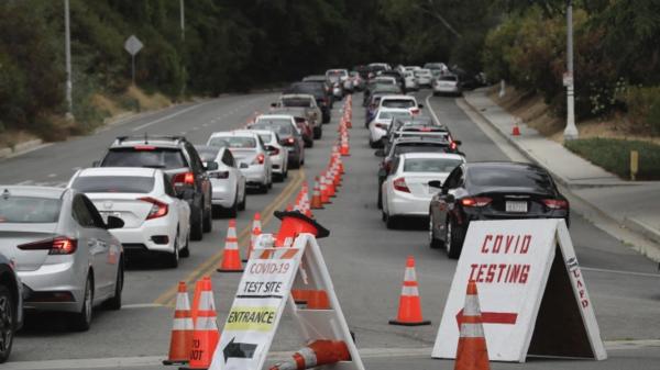 Testlocaties in verschillende steden, zoals hier in Los Angeles, zijn overweldigd door de vele patiënten die zich willen laten testen