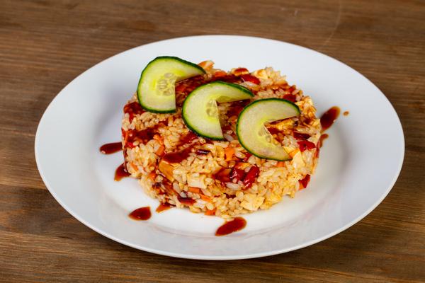 Pittige zoetzure gebakken rijst met groente