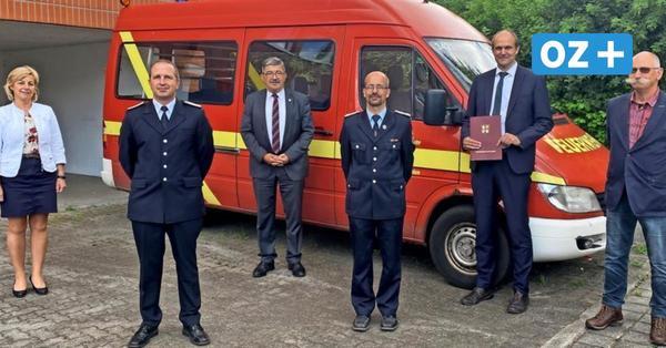 Grevesmühlener Feuerwehr: Caffier übergibt Geld für neues Einsatzleitfahrzeug