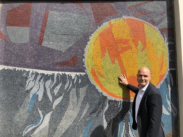 Philip Kurz von der Wüstenrot-Stiftung am Kosmos-Mosaik. Foto: Peter Degener