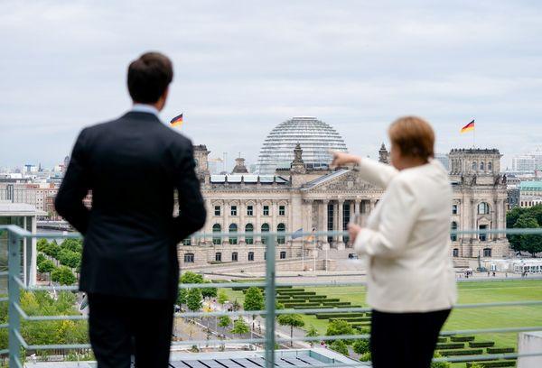 Angela Merkel laat Mark Rutte de vergezichten van Berlijn zien