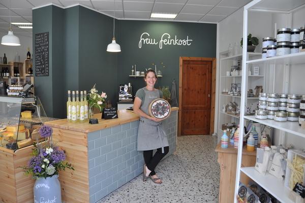 """Frau Feinkost""""-Betreiberin Nadia Höfert schätzt Schweizer Käse, wie den """"Trüffeli"""" sehr. Auch """"Zickli mit Crema"""" und """"Rucksackfrühstück"""" – viele Köstlichkeiten aus den Bergen kann man bei """"Frau Feinkost"""" entdecken. Foto: Gesine Michalsky"""