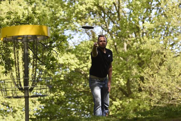 Beim Discgolf ist es das Ziel, die Frisbee mit möglichst wenig Würfen in den Korb zu platzieren. (Foto: Mark Bode)