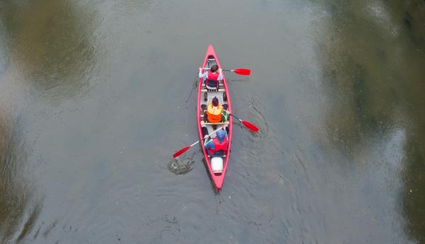 Schwimmwesten und das Kanu sind in der Teilnahmegebühr inbegriffen. (Foto: Julian Stratenschulte/dpa)