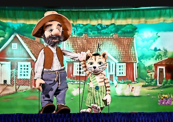 """Das Figurentheater """"Pettersson, Findus und der Hahn im Korb"""". Foto: Augsburger Figurentheater/Mario Maatz"""