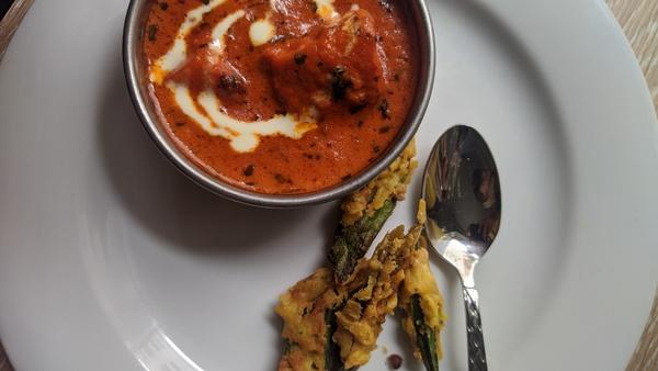 Chicken Makhani und frittierte Okra-Schoten. Foto: Nadine Wolter