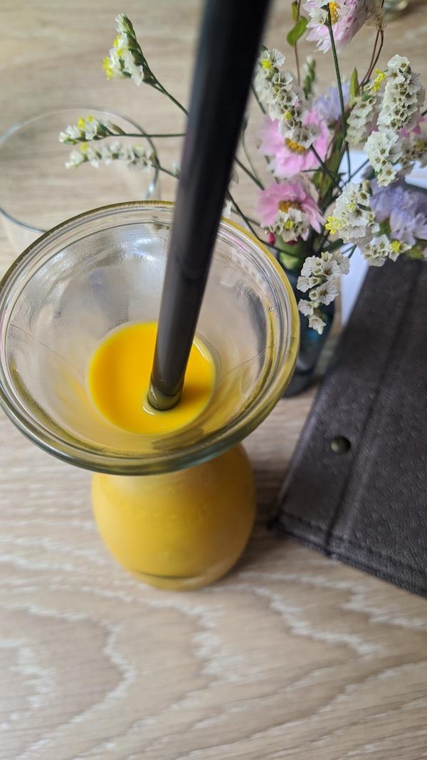Getränke, wie diesen empfehlenswerten Mango-Lassi, müssen die Gäste der Tour selbst zahlen. Foto: Nadine Wolter