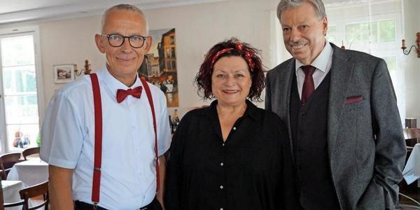 Heideruth und Hartmut Leutloff mit Restaurantchef Detlef Balke-Fuchs (l.).