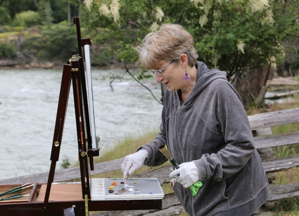 Artist Glenda King mixing paint for just the right colour.