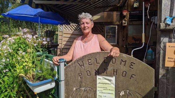 Barbara Küppers wollte als Kind entweder Zoo- oder Zirkusdirektorin werden. Seit 24 Jahren betreibt sie den Hof.  Foto: Nadine Wolter