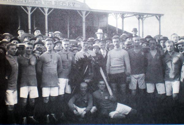 Ein historisches Foto – die Meistermannschaft von 1912, als Holstein Kiel das erste und einzige Mal deutscher Meister wurde, durch einen 1:0-Erfolg gegen den FV Karlsruhe vor 10000 Zuschauern auf der Victoria-Anlage Hoheluft in Hamburg.