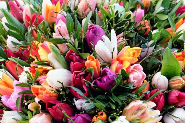Blomsterhandlere bundler og tvinger ingen til at købe en buket af hver farve eller art